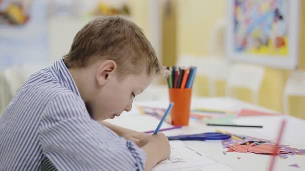 malý roztomilý chlapec malování, omalovánky