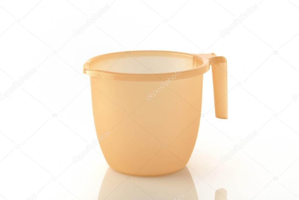 Tasse de salle de bain orange sur fond blanc — Photographie ...