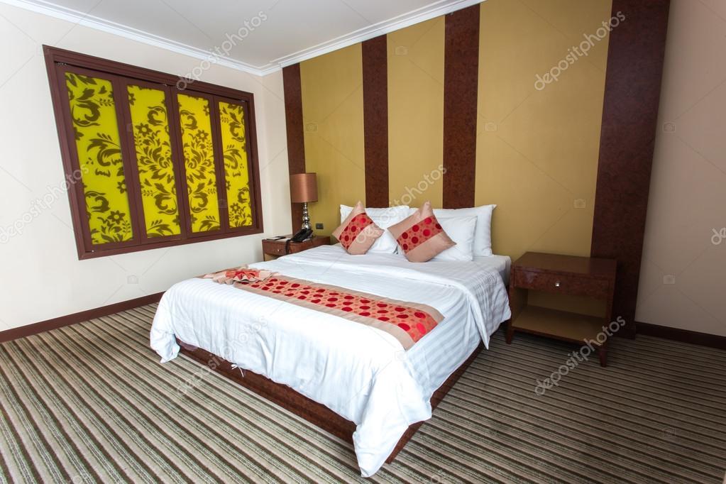 Gele Muur Slaapkamer : Wit bed op lege slaapkamer met gele venster op muur u stockfoto