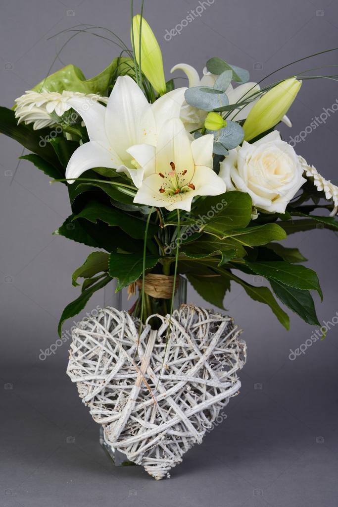 Ramo Bouquet De Hermosas Flores Blancas Con Rosas Blancas Lirio Y