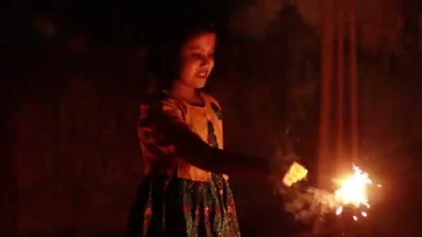 ein süßes indisches Mädchen genießt Wunderkerzen während des Diwali-Festivals