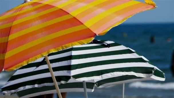 Sonnenschirm in Südfrankreich. Das Mittelmeer während der Sommerzeit.