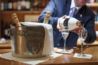 бармен наливает шампанское в баре отеля Crans Montana, Швейцария