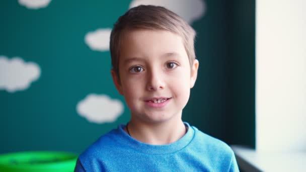 Porträt Lustiger kleiner Junge, der lächelnd beschädigte Babyzähne zeigt. Zahnbehandlung
