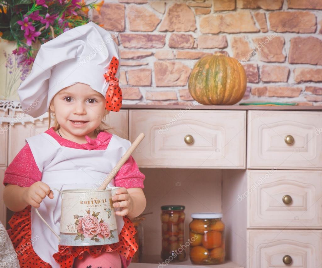 mignonne petite fille dans la cuisine photographie cellar door 90751162. Black Bedroom Furniture Sets. Home Design Ideas
