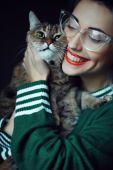 Fotografie schöne junge frau mit katze