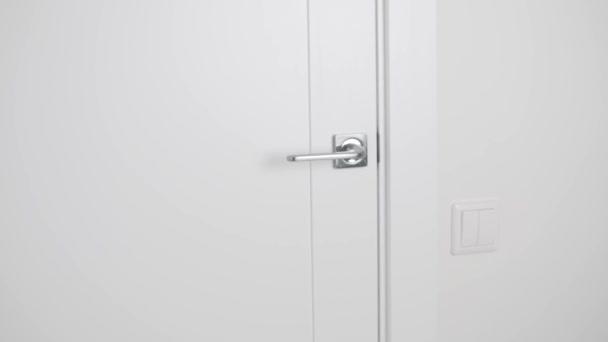 Lehké dřevěné dveře se pomalu zavřou a otevřou