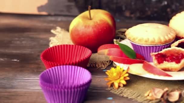 koše berry muffin dort s apple jam zátiší dřevěný stůl zdobené květy kapsle, vymodeluje