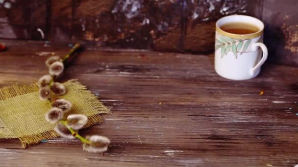 čokoládové oplatky na desku na dřevěný stůl ruce sady, Vrba, Zátiší