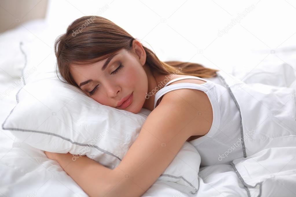 Slaapkamer Slaap Wolken : Mooi meisje slaapt in de slaapkamer liggend op bed u stockfoto