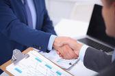 Podnikatelé potřesení rukou, finišuje setkání