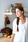 Fotografie Junge Frau, die in der Nähe der Rezeption in der Küche