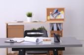 Pracovní místo v úřadu, stůl s dokumenty