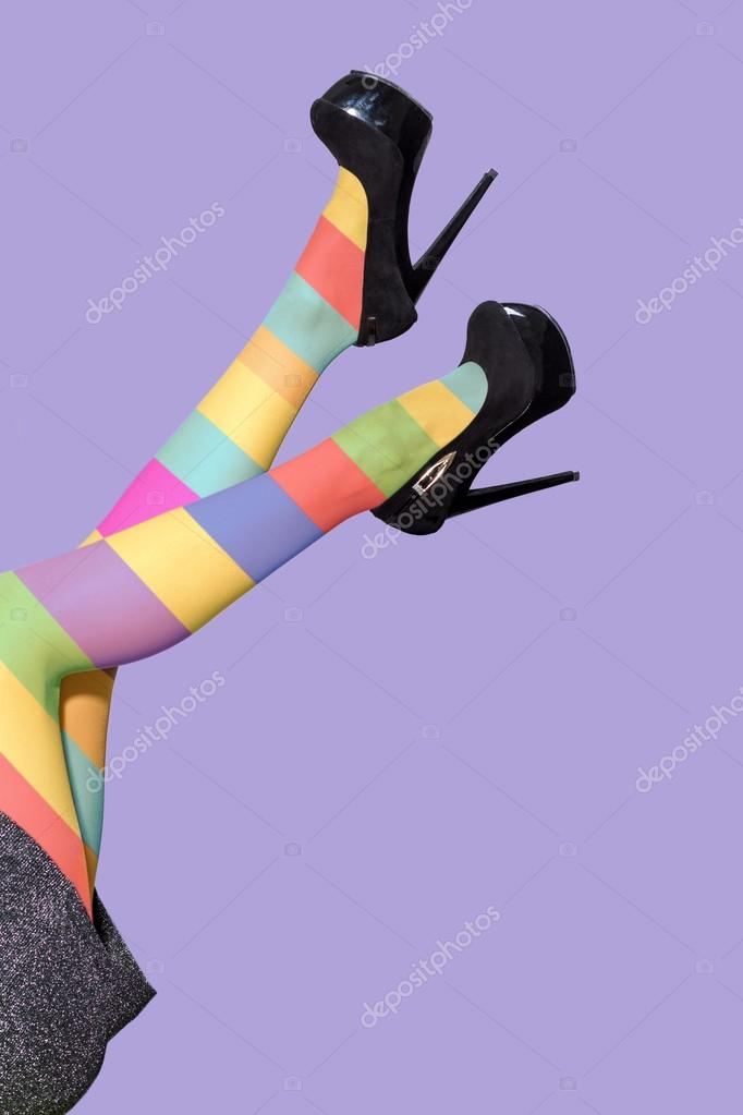 3e35a8386 Pernas de mulher engraçada vestindo meias coloridas e sapatos de ...
