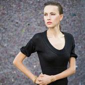 portrét módní ženy v černých šatech