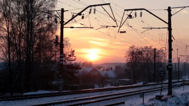 Kolejnice a dráty proti západu slunce