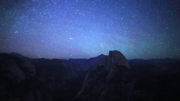 Hvězdy  Aurora, více než polovina Dome v Yosemite