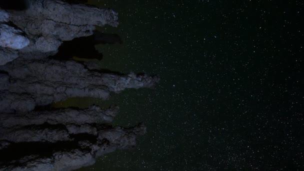 Csillag pályák felett Tufas a Mono-tó