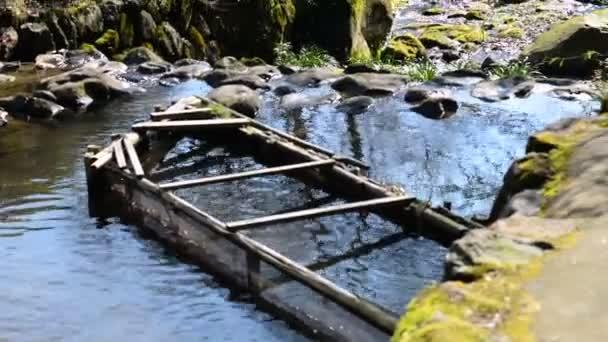 Tradiční červený most v japonské zahradě