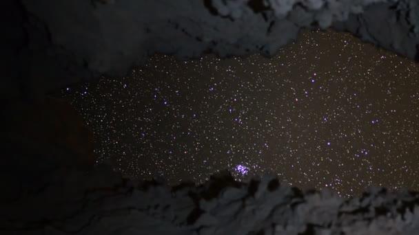 Universum durch Höhle gesehen
