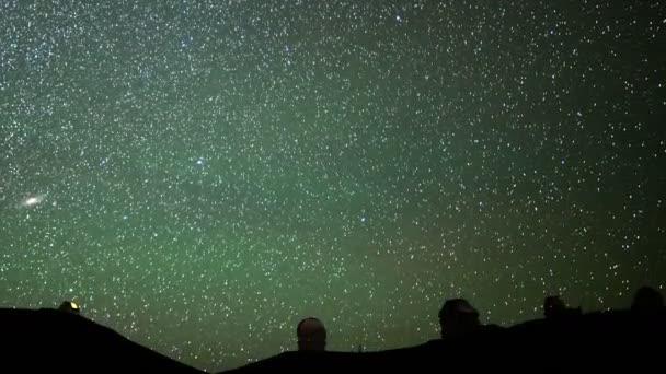 Startrails nad Maunakea Observatory