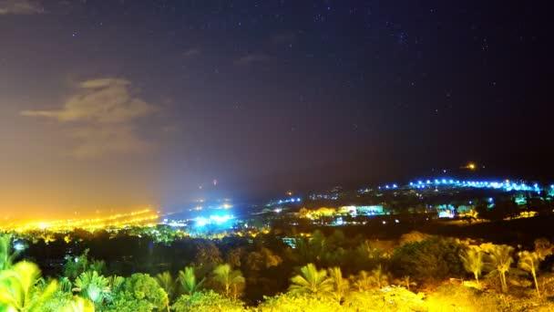 Startrails át a város fényei, hajnalban