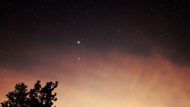 4 k Astro časová prodleva od hvězd  rudá oblaka nad alpskou lesní-oddálit