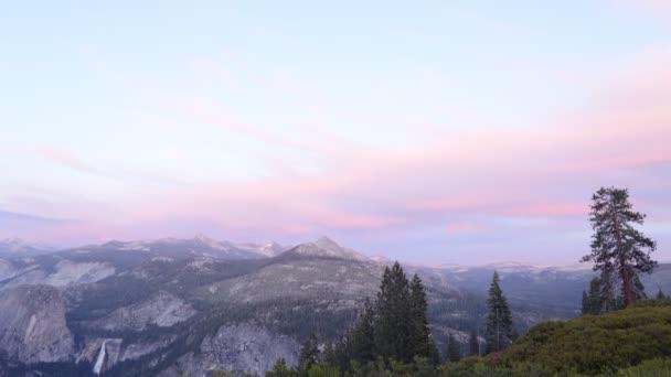 Další záře nad alpskou horou v Yosemite