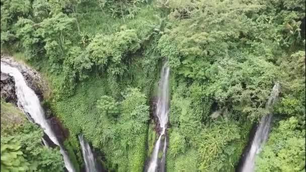 Lemukih vodopád v hluboké džungli v horách. Letecký pohled na skryté úžasné vodopády na Bali, Indonésie