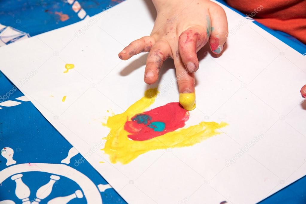 Los niños pintar con los dedos — Fotos de Stock © Pixavril #102384790