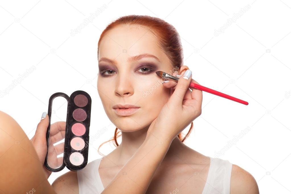 Professionele Make Up Artiest Doen Glamour Met Rood Haar Model Make