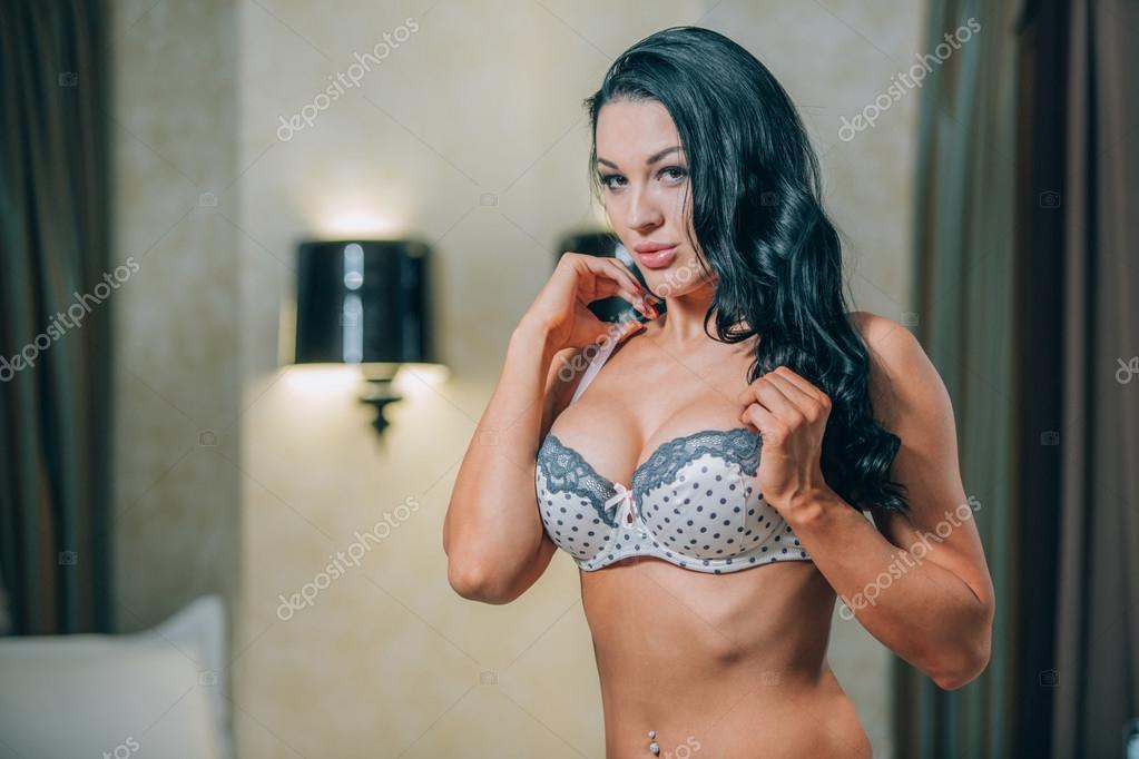 Sensuele blonde mooie vrouw poseren in lingerie slaapkamer meisje