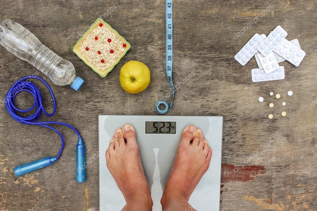 Conceito de diferentes maneiras de perder peso. Balança ...