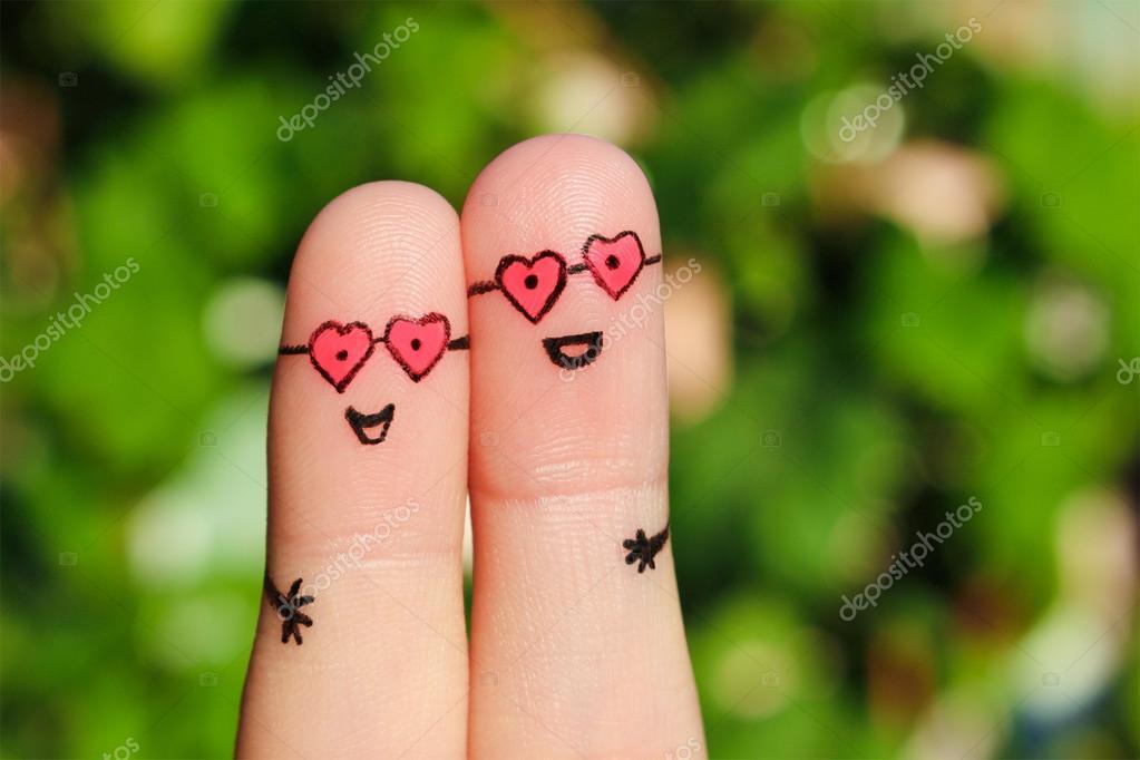 Arte del dedo de una pareja feliz. Un hombre y una mujer se abrazan ...