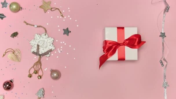 Viele Geschenke in einer bunten Verpackung auf rosa Hintergrund. Flache Lage.
