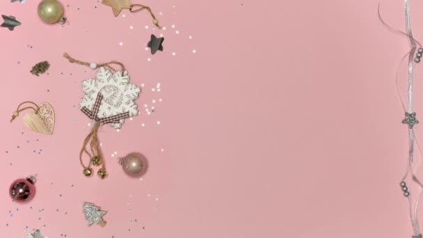 Ansicht von Geschenken in heller Verpackung auf rosa Hintergrund. Flache Lage.