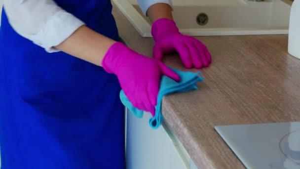 Úklid kuchyňských skříněk, mytí bočního povrchu skříně.