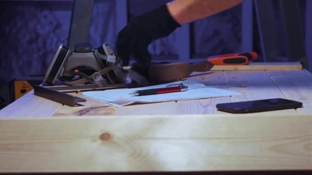 Muž dokončil stavební práce a nástroje položil na stůl..