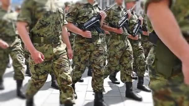 Katonai menetelő katonák a város lassú mozgás