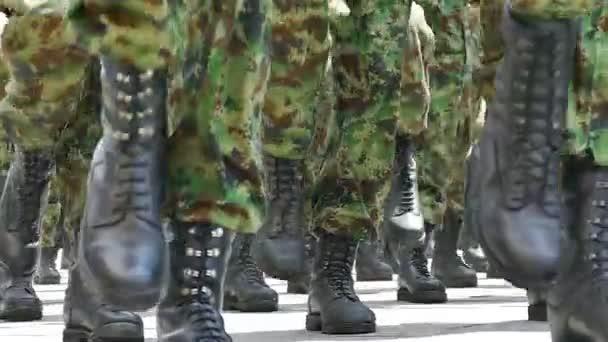 A katonák a város közeli katonai menetelés