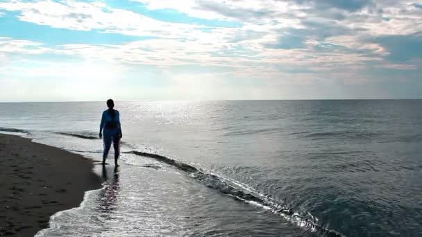 Se těší na moře v soumraku