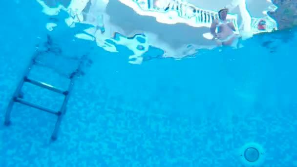 Skákat do bazénu