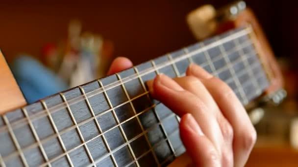Hraje na akustickou kytaru