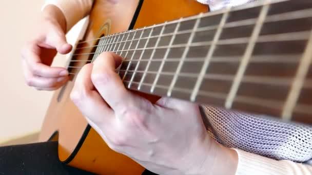 Játszik akusztikus gitár