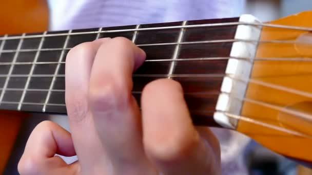 Spielen auf einer akustischen Gitarre