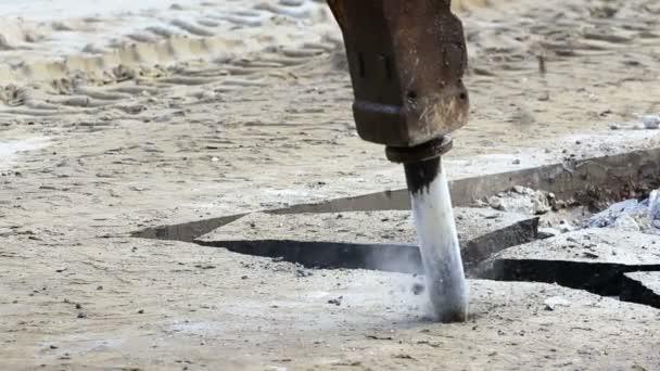 Macchina di martello pneumatico scavare la strada in cemento