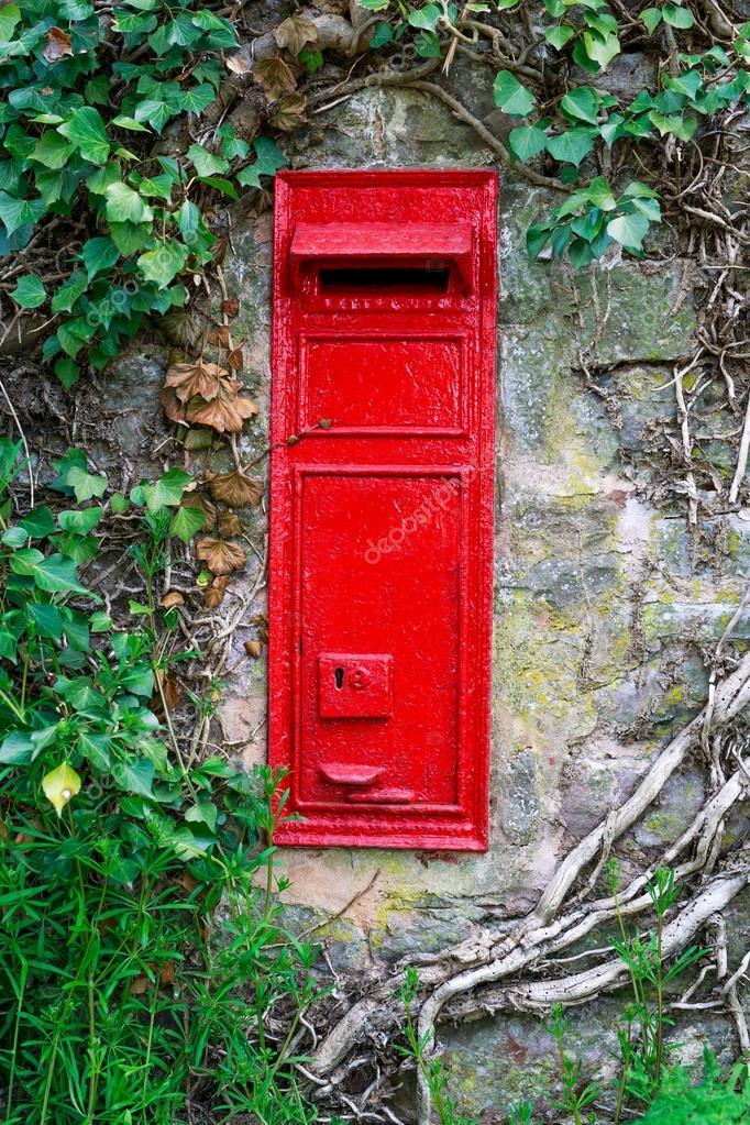 Traditionelle Alte Englische Rote Briefkasten Montiert In Steinmauer