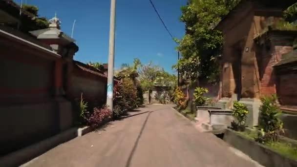 Bali village ulice, vozidlo střílel, svědkyněmi