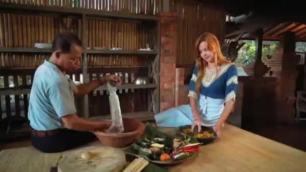 Balinéz férfi, kaukázusi nő főzés, főzés osztály