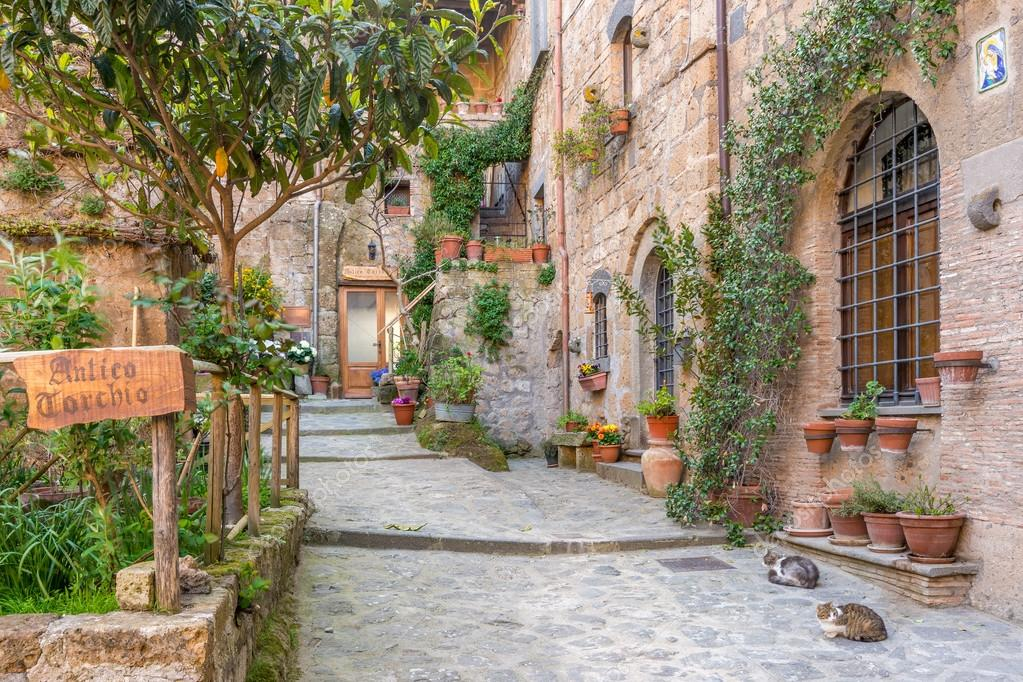 https://st2.depositphotos.com/3213725/7787/i/950/depositphotos_77871474-stock-photo-alley-in-old-town-tuscany.jpg